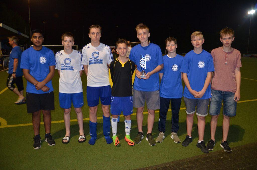 Büdericher C-Jugend mit dem Pokal zum 2.Platz